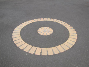 Circular asphalt driveway designs look stunning
